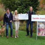 Frau Carmen Baur von der Tierhilfe Franken e.V. und Walter Röhrl bei der Scheckübergabe mit Hündin Boa, die ein Zuhause sucht