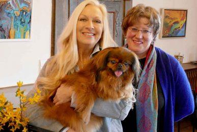 Carmen Baur von der Tierhilfe Franken e.V. mit Gismor auf dem Arm, der seit langem ein Zuhause sucht, und Schlossherrin Denette Whitter